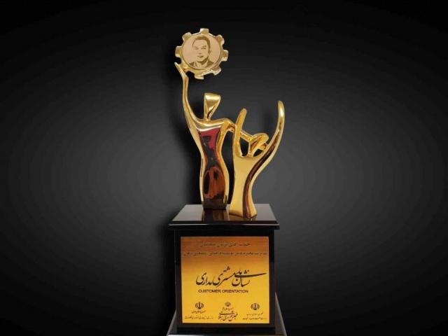 نشان ملی طلایی مشتری مداری به پژمان ضیائیان، مدیرعامل موسسه پژهان اعطا گردید.